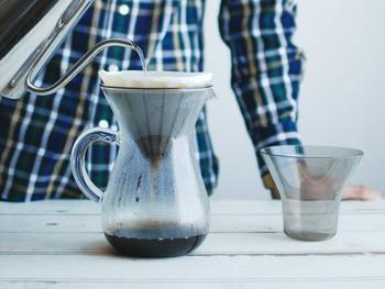 耐熱ガラス製カラフェにプラスチックブリューワーとコットンペーパーフィルターをセットして淹れるコーヒーは、クリアでマイルドな味わい。