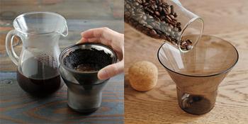 付属のホルダーにはドリップ後のブリューワーが直接置けるので、机を汚したり置き場に困る心配もありません。また、目盛りが記されているので、コーヒー豆の計量カップとしても使えるんです。