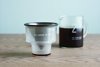 ドリップした後のブリューワーが直接置ける付属のフォルダーも、こんなにスタイリッシュ。もちろん、コーヒー豆の計量カップとしても使えます。
