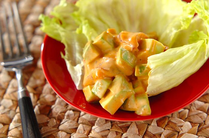 コチュジャンとマヨネーズの味付けがとってもおいしそうなこちらのサラダ。クリーミーなアボカドとの相性がよさそうです。