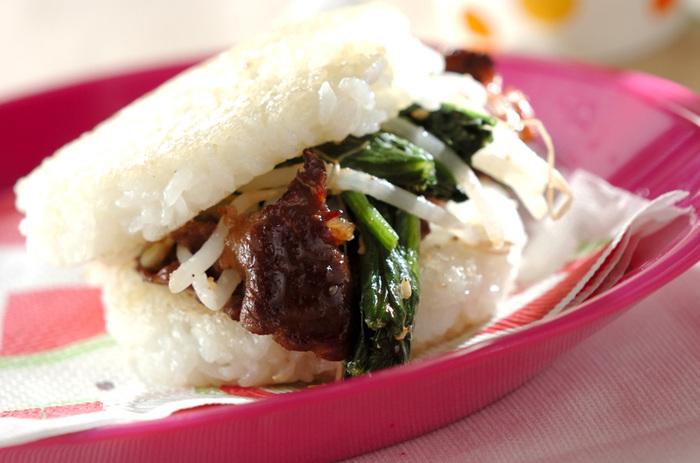 是非食べたいビビンバ風ライスバーガー。ハンバーガー感覚で食べれるのは面白いですよね。ピクニックなどでも活躍してくれそうなレシピです。