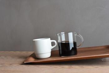 持ち運びしやすい縁の幅と高さ、テーブルに置いたときにスペースをとらないスリムなデザイン、また、すべりにくい「ノンスリップ加工」が表面に施されているので、少し傾いてしまってもOK! 持ち運び時に少しぐらついてしまったり、こぼすと大変なコーヒーも安心して運べるのがうれしいですね。