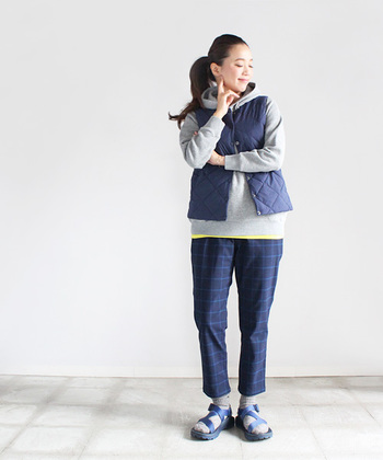 インナーやボトムスにイエロー、ブルーなどを取り入れたカラーコーデ。着やすさや動きやすさとスタイリッシュさが同居するオススメのコーディネートです。