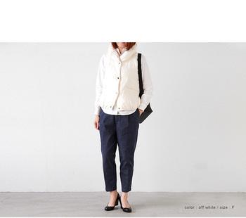 ホワイトシャツと、ホワイトのダウンベストで異素材レイヤーを。ブラックのボトムスや小物を合わせれば、シンプルで洗練されたスタイルに。