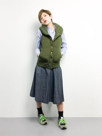 注目カラーのカーキや、蛍光黄緑のスニーカー紐が特徴の個性的コーディネート。普段ボーイッシュな格好が多い方は、いつものボトムスをスカートに変えるだけでとってもかわいいスタイルに。ダウンベストはつなぎ役として一役買ってくれます。