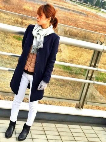 ダウンベストにアウターをオンする魅力的なコーデ術も!長め丈のチェスターコートとホワイトパンツで印象的なスタイルの完成です!