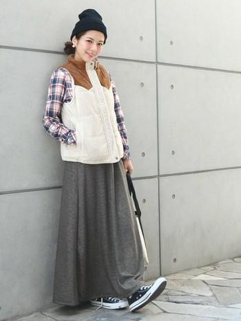 暖かくなってきたら、綿のロングスカートもおすすめ。チェックのネルシャツとの相性も抜群です。カジュアルでさらりとした着こなしにもってこいなんです。