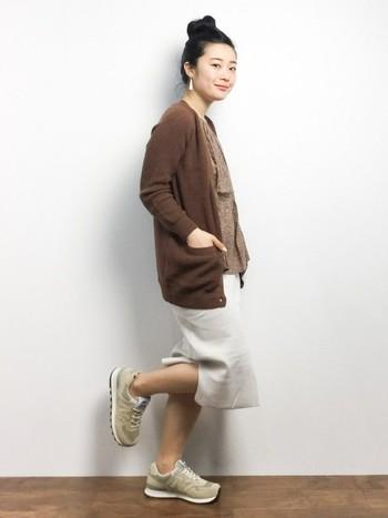 ロングスカートにスニーカーを合わせ、全身ベージュトーンでコーディネートした春らしい装い。とっても動きやすそうですね。