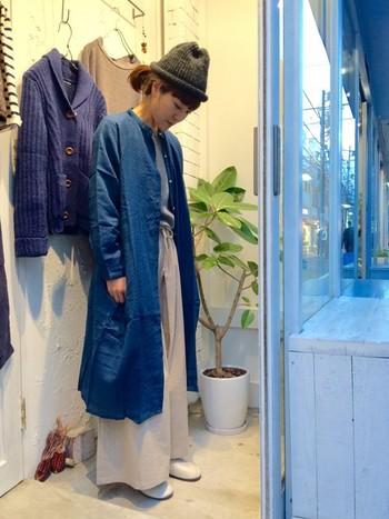 柔らかなコットンワンピースをロングカーディガン代わりに羽織り、リネンパンツなどと合わせたゆったりコーデ。ニュアンスのあるデニム色が着用する度に風合いを増して、1着あると重宝しそうですね。