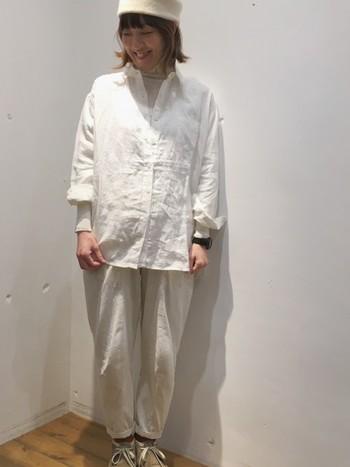 ホワイトのリネンチュニックシャツと、同じくホワイトのゆったりパンツを組み合わせた全身ホワイトコーデ。春らしい爽やかなワントーンコーデは春も流行継続中。