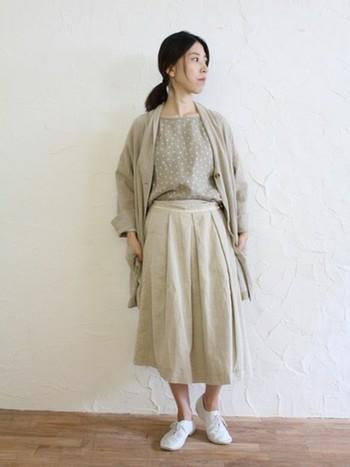 ベージュのワントーンコーデ。ギャザースカートでふんわりとした春らしい雰囲気を出し、足下も素足をのぞかせ軽く見せています。