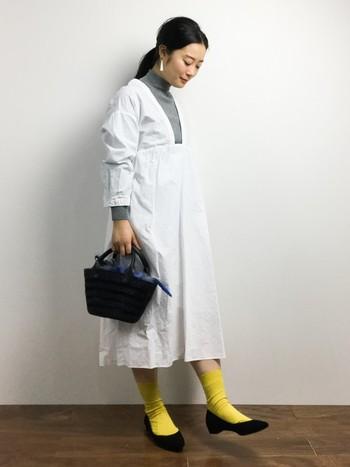 洗いざらしの様なやわらかなVネックコットンワンピースに、薄手のハイネックと差し色の黄色い靴下を合わせた可憐なコーデ。肌寒さ対策のハイネックと、春を感じる差し色が技アリですね。