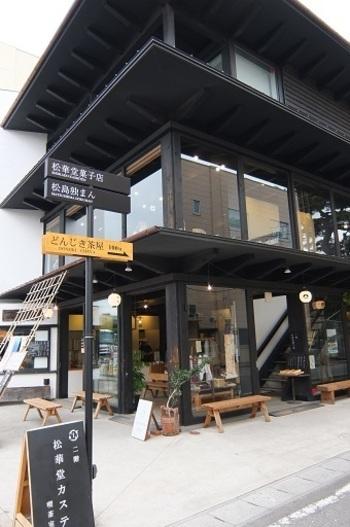こちらのレトロモダンな外観のお店が「松華堂菓子店」です。近くには遊覧船の乗り場や、松島海岸の名所「五大堂」などもあり、松島観光の要所に位置しています。