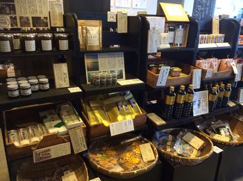 東北の価値あるものをご紹介するのが、お店のコンセプト。東北を始めとする、日本の良りすぐりの品が沢山セレクトされています。宮城のお味噌やお醤油など、お土産にぴったりの品も揃っていますので、帰り道に覗いてみてはいかがでしょう。