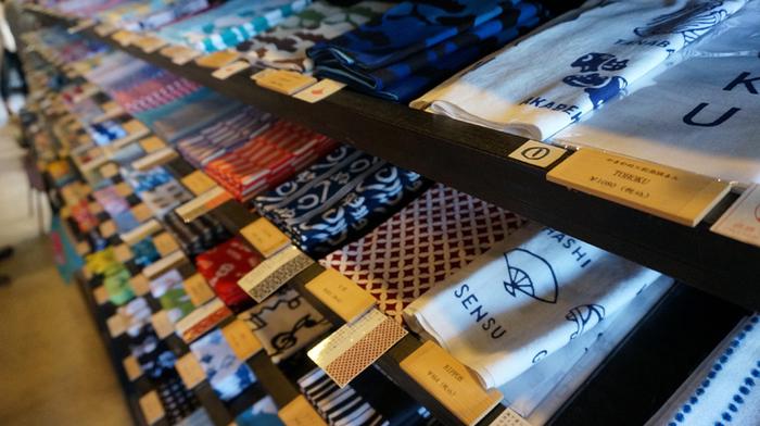 店内には可愛い和雑貨が所狭しと並んでいて、見ているだけで楽しい気分に。「かまわぬ」さんとのコラボで、松島オリジナル柄の手ぬぐいも作られています。