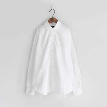 存在感を発揮したと思えば、アクセントや脇役にもなれる、万能アイテムの白シャツ。