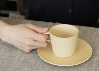 crêpeシリーズのマグとSサイズのプレートを合わせると、カップ&ソーサーに。マットな質感と淡いカラーは心なごむ雰囲気で、ほっとくつろげるお茶の時間を過ごせそう♪