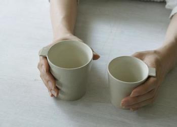 こちらはタグが付いた珍しいカップ。カップを持って人差し指をタグに当てるととても持ちやすくなります。機能性とデザイン性を兼ね備えた優れもの!