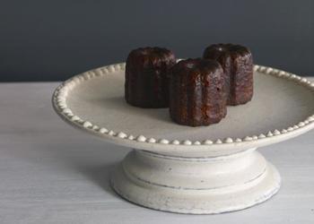 こちらの器、一見アンティークのように見えませんか?細かい石粒が混ざった黒土に白い化粧土を塗ると独特の表情に。皿部分と台座は外れるので、お皿だけ使うこともできます。