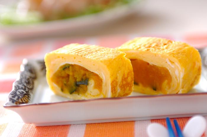 こちらはかぼちゃの甘みをプラスした卵焼き。レンジで加熱してつぶしたかぼちゃを、卵の中心に巻いています。かぼちゃのきれいなオレンジ色が鮮やかです☆