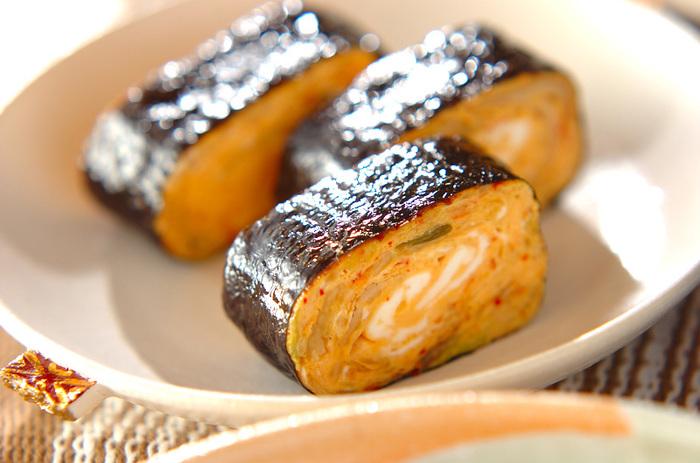一見海苔巻きのように見えますが、酢飯の代わりに巻いているのはキムチ入りの卵焼き。海苔の内側にごま油を塗るのがポイントだそうです。違う味の卵焼きにも応用できそうなアイディアですね!