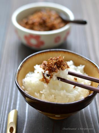 """白いご飯に、お気に入りの""""ごはんのおとも""""があるといつにもまして箸が進みますよね。 市販の""""ごはんのおとも""""も美味しいですが、せっかくなので自分で作ってみませんか? 今回は家庭で簡単に作れるレシピをご紹介します。"""