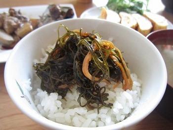 日本酒でつくる大人の松前漬けです。火も使わず、密閉容器に材料をすべて入れてかき混ぜるだけの簡単レシピです。(アルコール分が気になる方は煮切ってください)