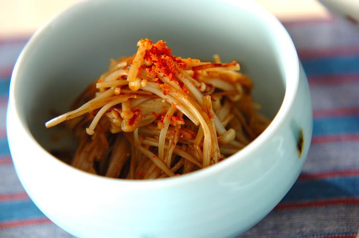 塩を振ったエノキの水分で炒めます。スープやお鍋に入れることが多いエノキでも、ごはんのおともレシピが出来ちゃいますよ♪