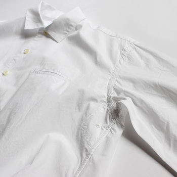 白シャツをどう着るかはあなた次第。きちんと決めたいときはボタンを上までとめてボトムスにしっかりIN!逆にゆる~くリラックス気分のときは袖をまくってみるなど…同じ白シャツでも全然違ったムードになるからおもしろい。
