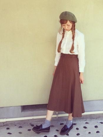 白シャツのボタンを上までとめて、長め丈スカートと合わせた優等生コーデ。こちらも白シャツをきちんと着こなす時の鉄板かもしれません。レトロな雰囲気もあり可愛らしいですね。