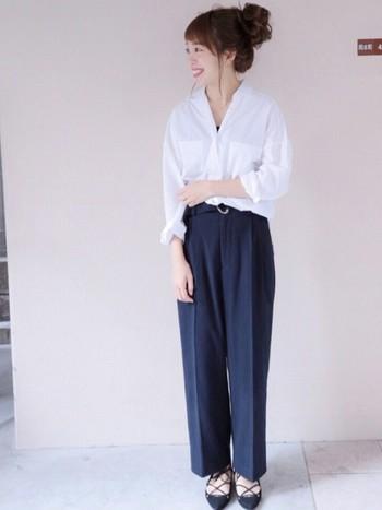 同じ白いシャツでも、そのまま外に出すとゆるくカジュアルな雰囲気になりますよね。写真のコーデは、どこかゆるい雰囲気を出しつつもシャツをインして、モノトーンで大人きれいめにまとめています。