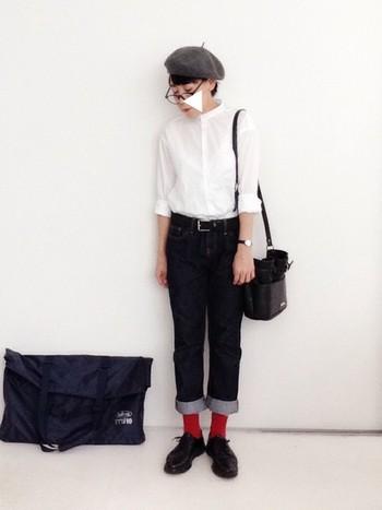 白シャツと細身ジーンズは、誰しもが認める定番の組み合わせ。清潔感も抜群です。とってもシンプルなコーデのアクセントには、ベレー帽や赤ソックスなどで個性を♪