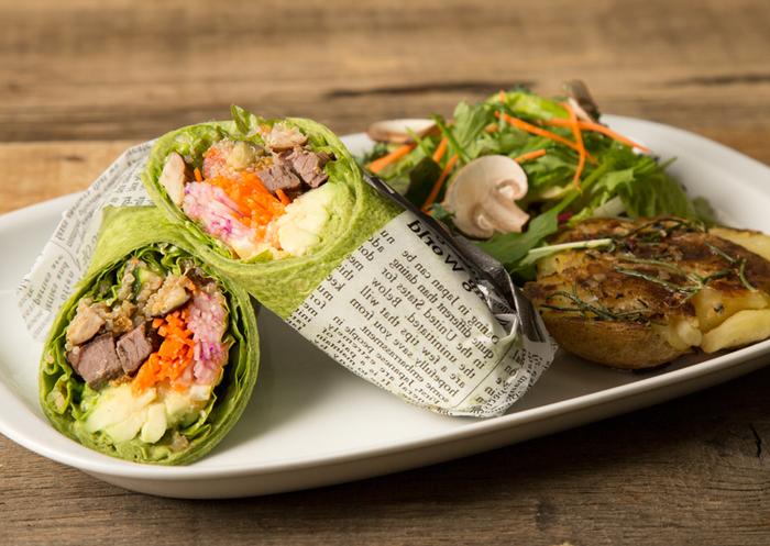 旬の野菜がぎゅっと詰まったサラダラップ。彩りがよく内側から綺麗になれそうですね。