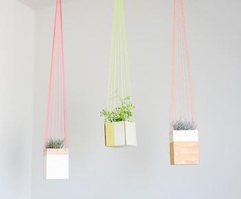 天井や壁から吊したり、テーブルや床に置くだけでもおしゃれな、「mizucolor」で彩るプランターカバー。