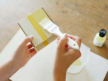 ペイントしたくない部分にマスキングテープを貼れば、きれいなカラーブロックに仕上がります。