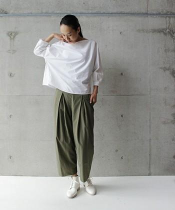 合わせるものによって色々な雰囲気が作れるカーキのワイドパンツ。ハリ感のある白いトップスと白い靴で清潔感あふれるちょっとクールなコーディネートです。