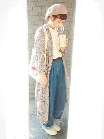 淡いトーンのロングカーディガン、ベレー帽が雰囲気たっぷり。フランスの女の子みたいな空気感が◎