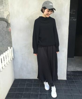 黒×黒コーデもこんなドレープつきのワイドパンツなら重くなりすぎず、スカート派にも取り入れやすい。足元は白で軽さを出しましょう。