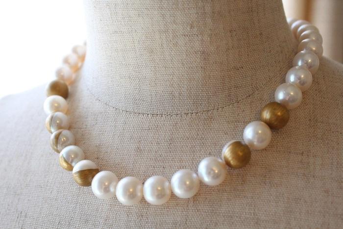 こちらのネックレスは、大粒の淡水パールに蒔絵が映える大人のためのアイテム。まさにゴージャスかつモダン。いつか手に入れたい珠玉の逸品です。