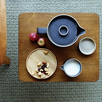 HASAMI PORCELAINのテーブルウェアは無駄な装飾をなくした洗練されたフォルムが特徴です。 潔いほどシンプルで美しい線は細部にいたるまで計算され、注ぎ口や持ち手まで見事な曲線を描いていて、造形美だけではない、使いやすさも兼ね備えています。