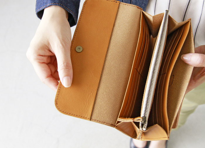 チャック付きの小銭入れと、12箇所のカードポケット。これだけ収納があればお財布の中もスッキリ!必要なカードがすぐ見つけられますよ。お財布選びは、デザインはもちろん、使いやすさにもこだわりたいところ。