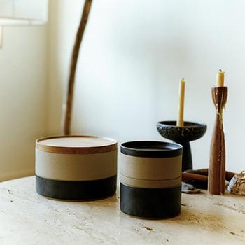 HASAMI PORCELAINの生地は、独自の配合で磁器に陶土を混ぜ合わせたものを使用しています。釉薬もありのままの素材感を生かすものに配合。そのことにより、磁器よりも優しい風合いなのに、陶器に比べて引き締まった印象を覚えます。独特の素材感と色彩は、現代の食卓にマッチし、どんな料理も引き立ててくれます。