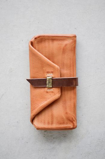 デコボコとした真鍮の留め具が存在感のあるシンプルだけどちょっと個性的な長財布。程よい厚みで手に優しく馴染みます。