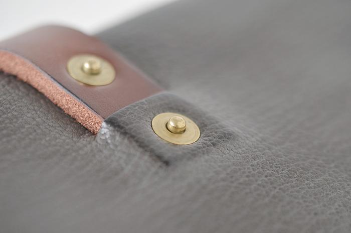 化学薬品ではなく植物由来のタンニンでなめされた革を、職人が一つ一つ丁寧に磨いていきます。同じものは一つとしてない、オンリーワンのお財布。使うほどに艶や色合いが増し、特別なものへと。