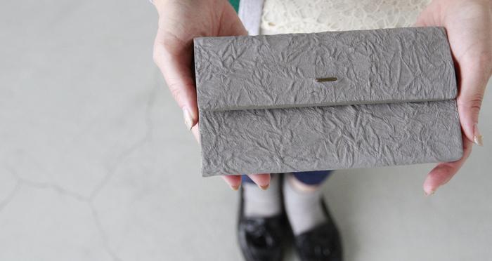 レザーに特殊な加工を施した、和紙のような不思議な質感のお財布。スマートで女性が持ちやすいサイズ感です。