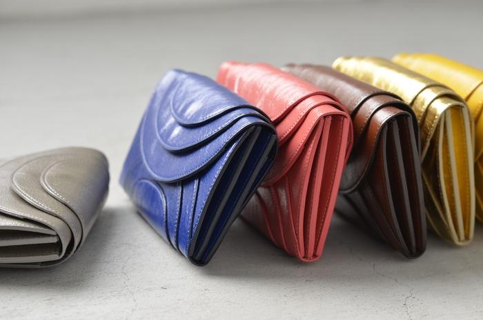 サークルをモチーフにしたデザインがインパクトのあるお財布。波紋のように広がる層が、横から見ても立体的で丸みのあるシルエットに。