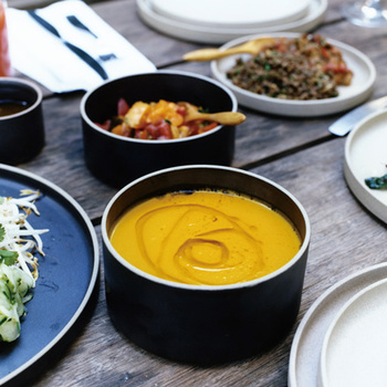 深いタイプは、スープ皿にもなります。みんなで食卓の上で取り分けることも出来ます。