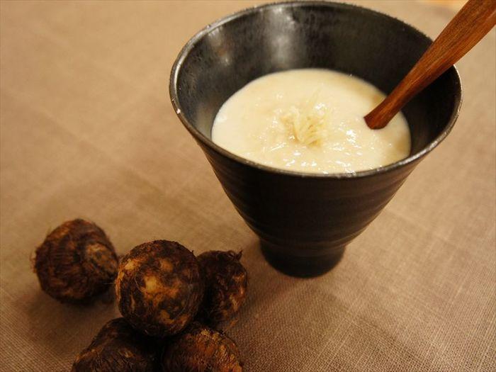 かぜ予防や体を温める食材で人気の長ねぎとジンジャーに里芋を加えて作るスープ。冷えやすい女性にぴったり。豆乳も入ってまろやかな味わいがひろがるおすすめスープです。