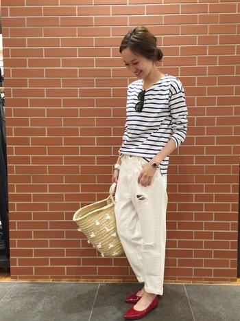 パリジェンヌがマルシェにお買いものに行くようなラフなスタイル。大きめのカゴバッグと赤のパンプスがポイントでしょうか。爽やかなコーデですね。