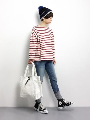 裾の部分が広がったデザインの赤×白のボーダートップス。スッキリとスキニーデニムを合わせてスタイル良く仕上がっています。シンプルなのにとってもオシャレですね。
